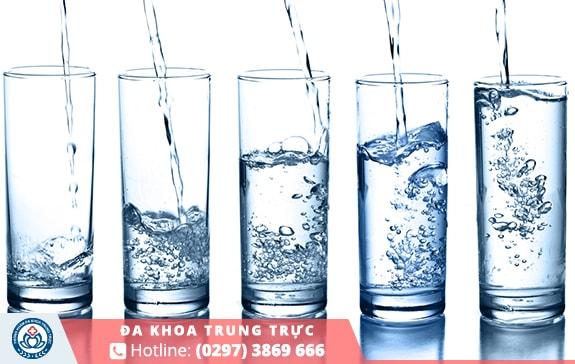 Cần cung cấp đầy đủ nước giúp tránh tình trạng táo bón gây trĩ