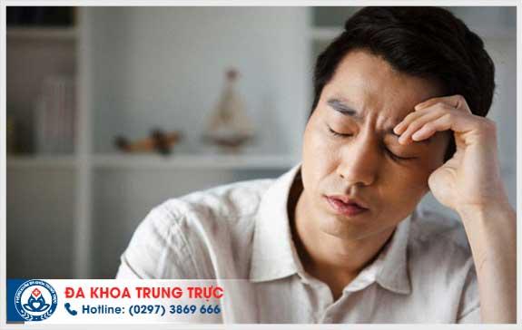 Sưng to bìu tinh hoàn bên trái và đau thắt là bị gì?