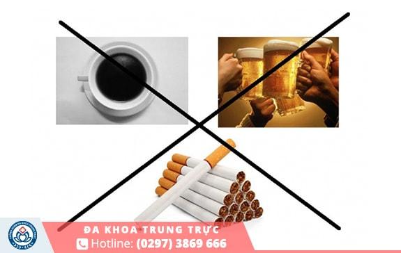 Nên tránh xa những chất kích thích hay đồ ngọt khi bị bệnh trĩ