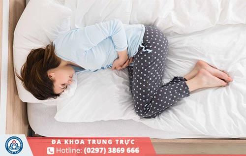 Viêm cổ tử cung sẽ khiến nữ giới bị đau bụng dưới âm ỉ gây khó chịu