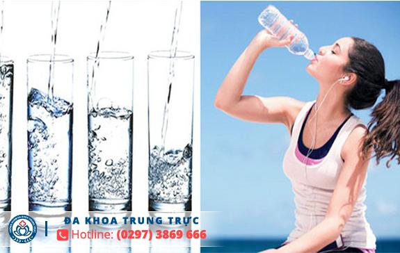 Uống nước ấm trong ngày đèn đỏ hạn chế giảm đau bụng kinh