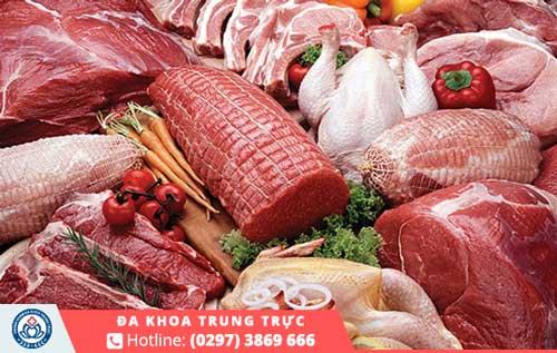 Khẩu phần ăn hằng ngày của nam giới không thể thiếu các loại thịt như gà, dê, cừu,...