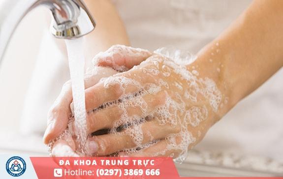 Cần rửa tay thật sạchvới xà phòng diệt khuẩntrước khi vệ sinh vết thương