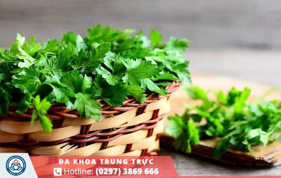 Uống nước ép rau mùi tây có thể làm giảm cơn đau bụng kinh