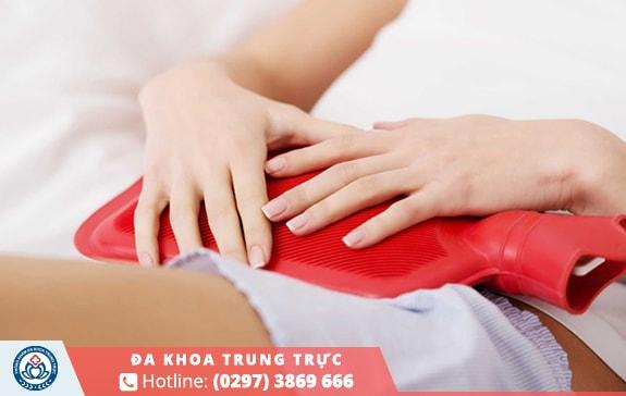 Chườm túi nước nóng khi bị đau bụng kinh