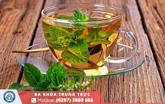 Uống trà thảo mộc kích thích có kinh sớm
